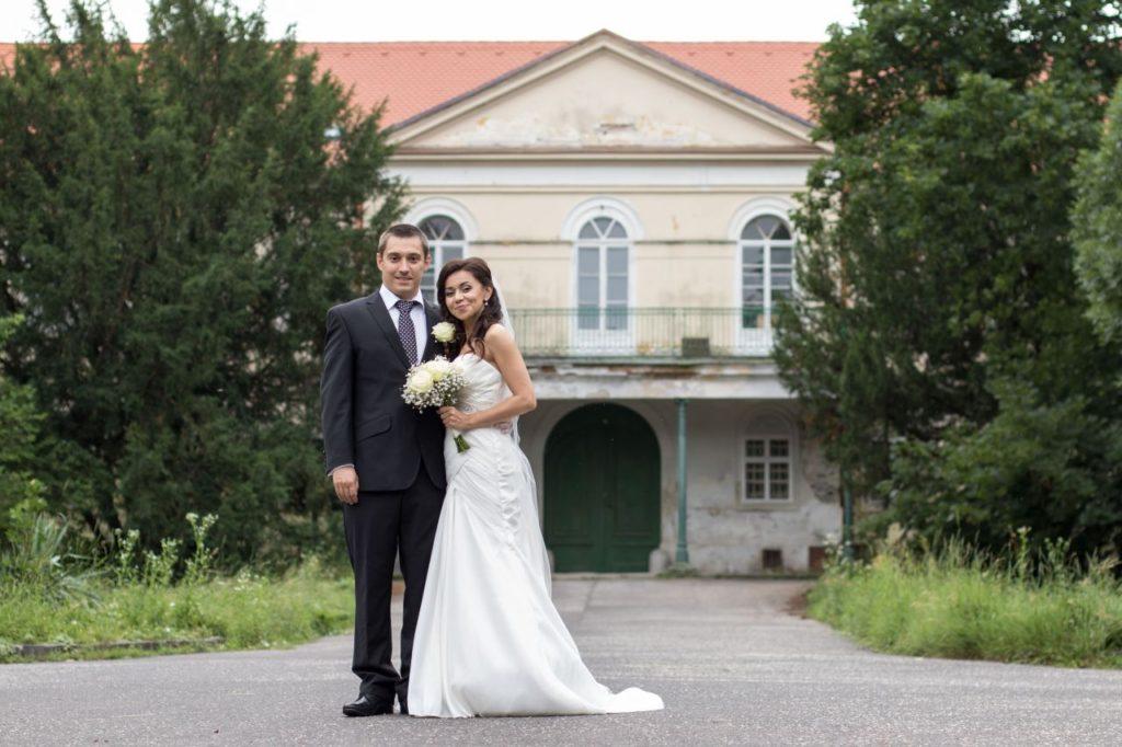 Ženích s nevestou pri portrétnom fotení pri opustenom kaštieli v Malinove